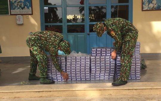 Vây bắt nhóm người buôn lậu qua biên giới, thu giữ 2.400 bao thuốc lá