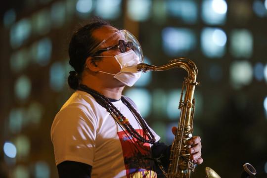 Video: Buổi biểu diễn đặc biệt của nghệ sĩ saxophone Trần Mạnh Tuấn ở bệnh viện dã chiến