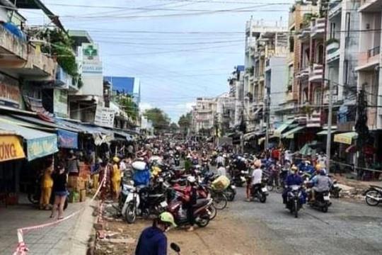 Hàng trăm người đổ ra chợ mua thực phẩm gây ùn tắc, lãnh đạo TP.Châu Đốc lên tiếng