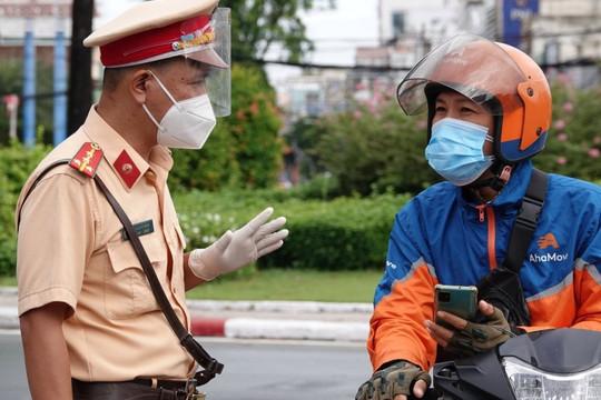 TP.HCM: Người lao động ra đường không đeo thẻ, mặc đồng phục sẽ bị phạt