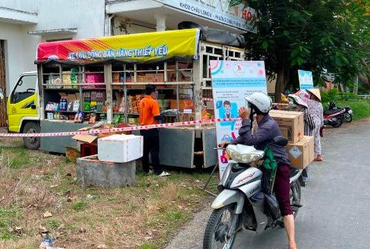 An Giang: Xe tải lưu động chở hàng thiết yếu đến bán tận nhà, người dân phấn khởi
