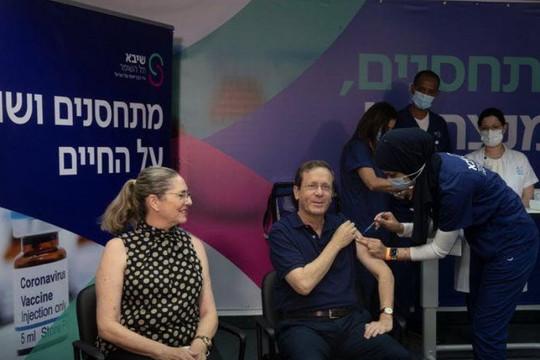 Vợ chồng Tổng thống Israel được tiêm liều vắc xin Pfizer thứ 3: Hiệu quả chống biến thể Delta ra sao?