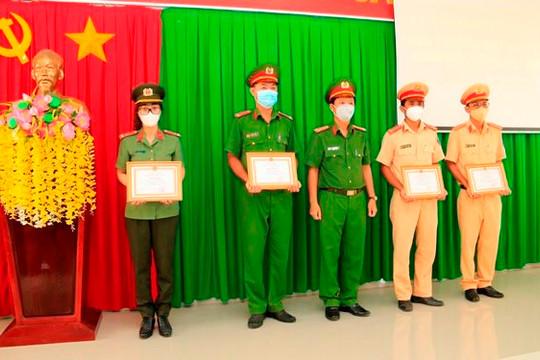 An Giang khen thưởng 4 CSGT giúp dân về nhà an toàn giữa đêm khuya
