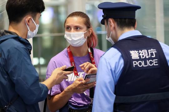 Bị ép đến sân bay vì hé lộ bí mật về HLV và đồng đội, nữ VĐV Olympic từ chối về nước