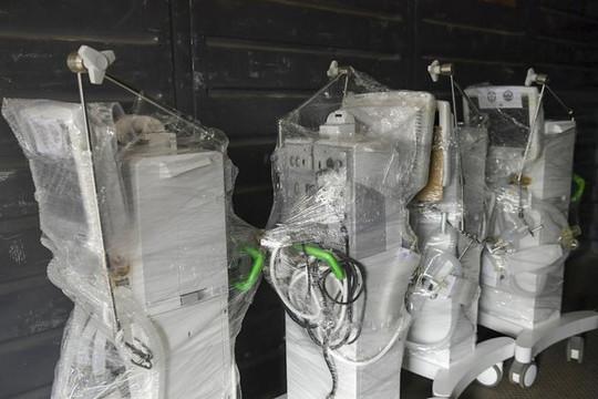 Sáng nay, hơn 10 tấn trang thiết bị y tế hiện đại được chuyển vào TP.HCM