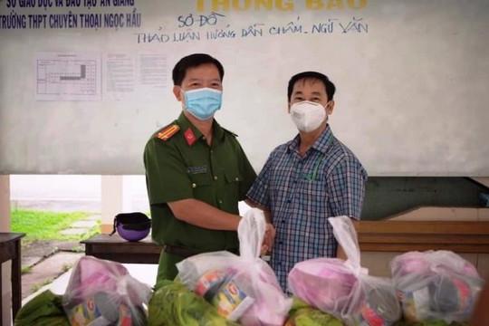 Tặng 500 phần quà cho các hộ dân bị phong tỏa và người lao động ở trọ
