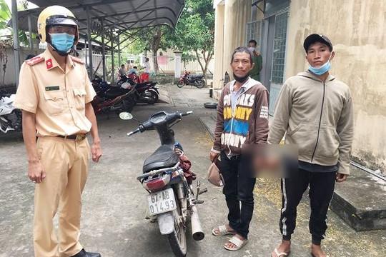 An Giang: hai thanh niên ăn trộm xe máy bị công an bắt khi liều 'thông' chốt kiểm dịch