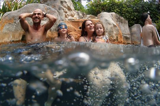 Đảo Phuket bị cô lập khiến nhiều du khách mắc kẹt ở Thái Lan