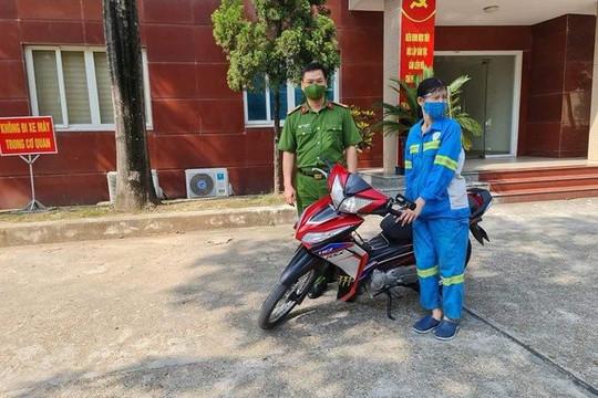 Công an Q.Nam Từ Liêm tặng xe máy mới cho chị lao công bị cướp