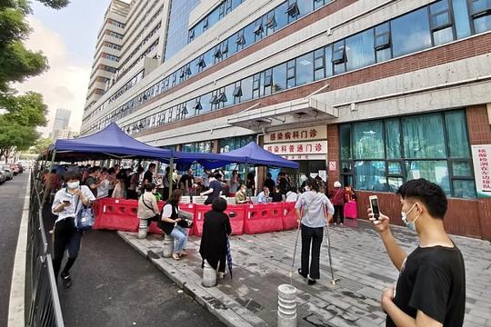 Vũ Hán lại bùng dịch COVID-19 do chủng Delta, người dân đổ xô đi siêu thị gom hàng