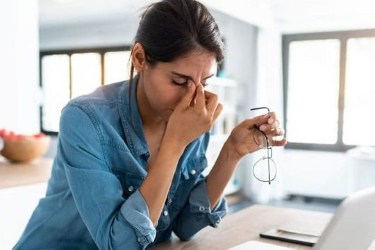 Vừa đeo khẩu trang vừa đeo kính sẽ có hại cho mắt và cách ứng phó