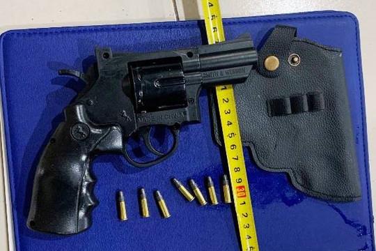 Nam thanh niên mang súng bị bắt khi định vượt chốt kiểm dịch