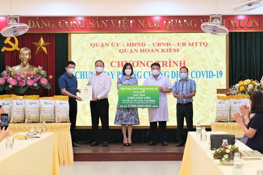 Vietcombank trao tặng ô tô cứu thương cho quận Hoàn Kiếm