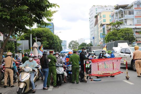 Ngày đầu khai báo 'di biến động dân cư' tại TP.HCM: Dân xếp hàng dài tại các chốt