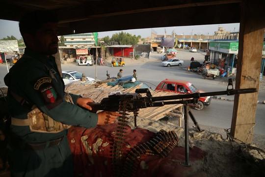 Các cánh quân Taliban tiến vào Kabul, kêu gọi binh sĩ chính phủ buông súng, hứa không tra hỏi quá khứ