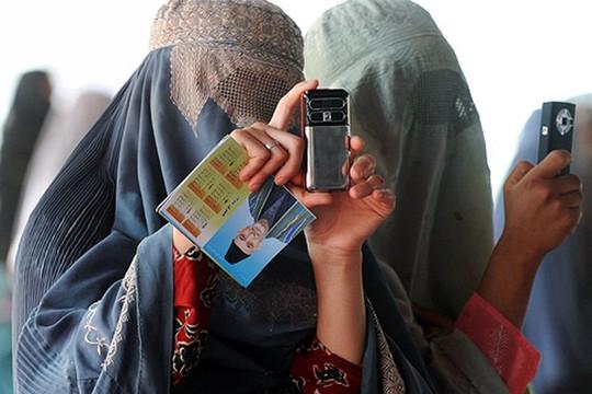 Kabul sụp đổ nhưng thách thức mới của Taliban là điện thoại thông minh và mạng xã hội