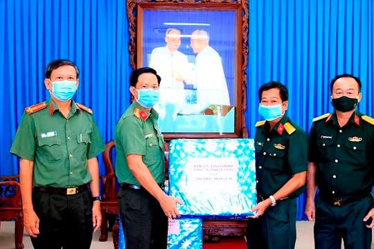 Công an An Giang trao tặng 1.000 dụng cụ test nhanh kháng nguyên cho quân đội