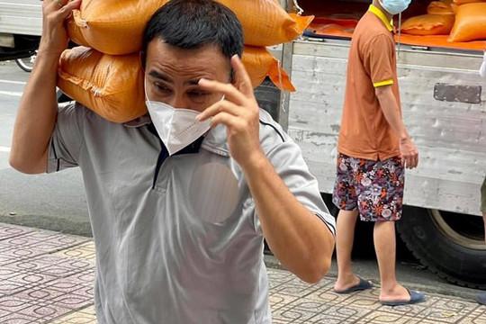 Quyền Linh mang 20 tấn gạo và 200 triệu đồng tặng cho nghệ sĩ gặp khó khăn