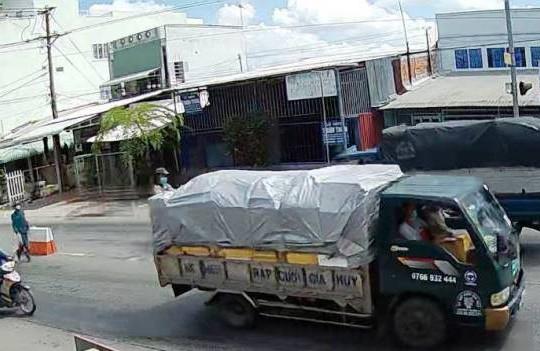 Tội phạm bị truy nã, nhiễm HIV thời kỳ cuối sa lưới khi 'đu' xe tải để thông chốt kiểm dịch