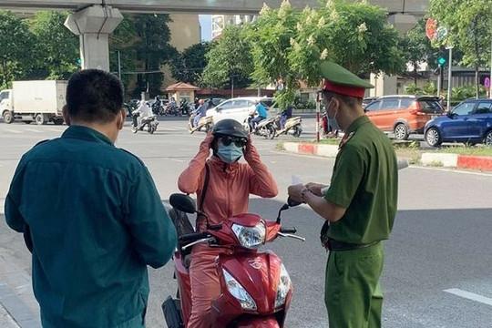 Trong 1 ngày, Hà Nội xử phạt gần 700 vụ ra ngoài không cần thiết, thu 1 tỉ đồng
