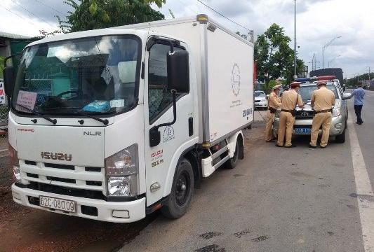 Xe tải dán logo 'vận chuyển từ thiện' lén chở người từ Bình Dương về Đồng Tháp