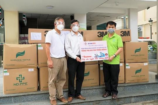 Cùng Tiền Phong tiếp sức tuyến đầu chống dịch COVID-19 - trao tặng lượng lớn vật tư y tế, máy tính cho hai bệnh viện tuyến cuối