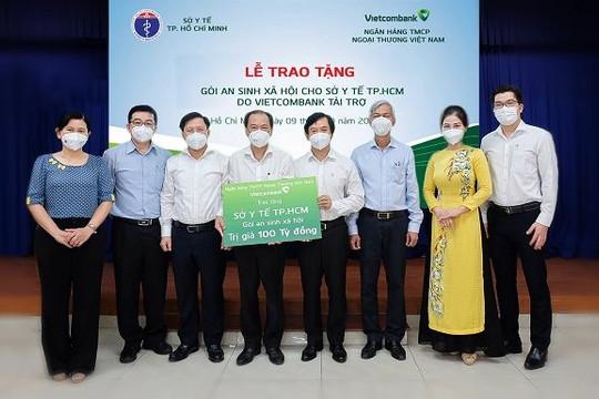 Vietcombank trao tặng gói an sinh xã hội 100 tỉ đồng cho Sở Y tế thành phố Hồ Chí Minh
