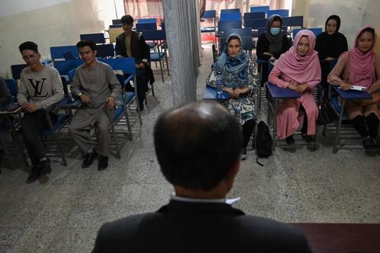 Taliban cho phụ nữ đi học đại học, áp dụng 'lớp học phân biệt giới tính'