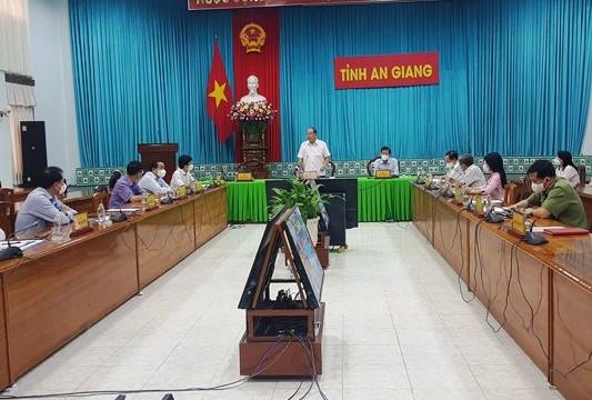 An Giang: Thủ tướng kết nối trực tuyến với huyện An Phú lúc nửa đêm để chỉ đạo phòng chống dịch