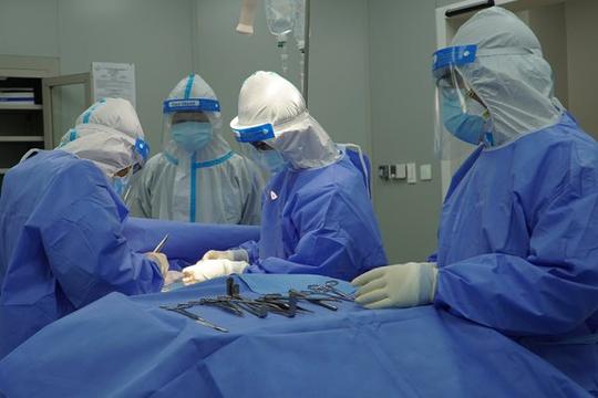 Mổ cấp cứu thành công, cứu sống bệnh nhân mắc COVID-19 nguy kịch