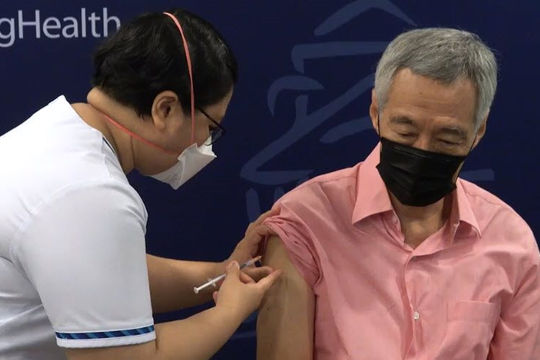 Thủ tướng Singapore được tiêm liều vắc xin Pfizer tăng cường, kêu gọi người khác làm theo