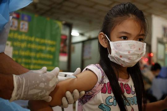 Campuchia ồ ạt tiêm vắc xin Trung Quốc cho trẻ 6-12 tuổi, chuẩn bị tiêm cho trẻ 3-5 tuổi