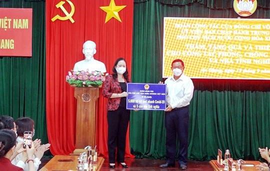 Phó chủ tịch nước Võ Thị Ánh Xuân trao quà hỗ trợ công tác phòng chống dịch COVID-19 tại tỉnh An Giang