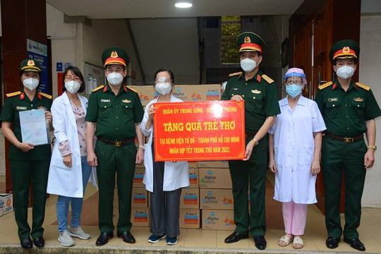 Bộ Quốc phòng trao tặng sữa, quần áo, khăn bông cho 2 bệnh viện phụ sản