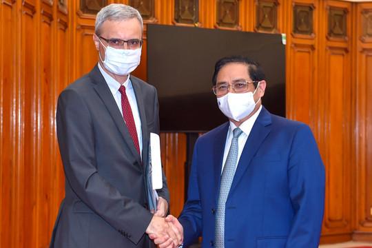 Thủ tướng đề nghị Pháp tiếp tục viện trợ, cho vay, nhượng lại vắc xin COVID-19