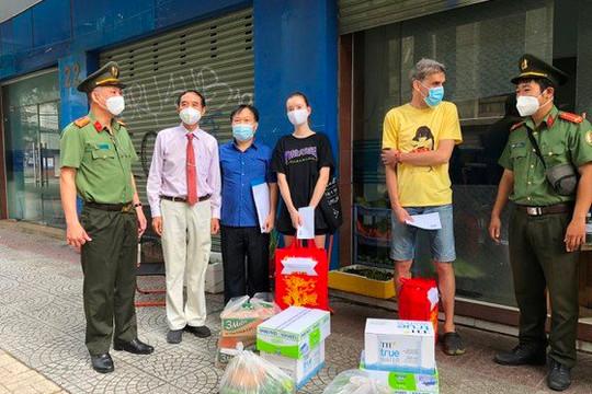Công an TP.HCM trao quà cho người nước ngoài gặp khó do COVID-19
