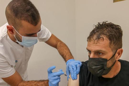 CEO Pfizer: Có thể phải tiêm vắc xin hàng năm để phòng ngừa các biến thể SARS-CoV-2 mới