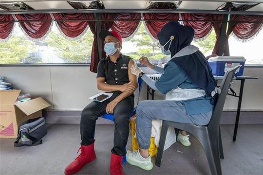 Malaysia cũng rút ngắn thời gian giữa 2 mũi tiêm vắc xin AstraZeneca