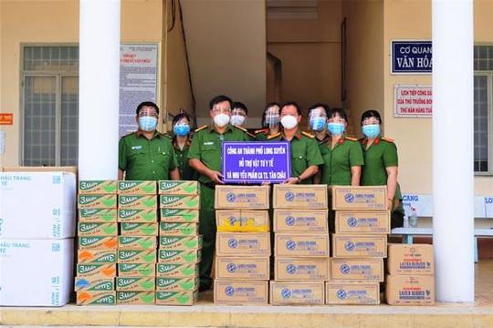 An Giang: Tặng 20.000 khẩu trang và nhu yếu phẩm cho Công an thị xã Tân Châu