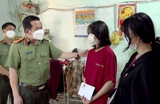 Công an tỉnh An Giang tặng hơn 200 triệu đồng cho các gia đình có người tử vong do COVID-19