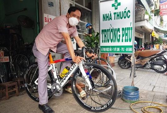 Người dân hào hứng đạp xe sau khi cuộc sống dần trở về bình thường mới
