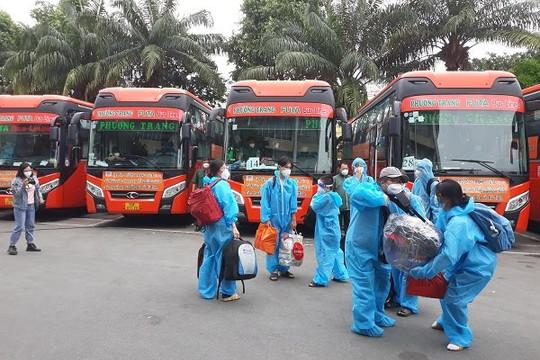 Những chuyến xe màu cam nghĩa tình đưa gần 2.000 người dân Hà Tĩnh, Gia Lai, Quảng Ngãi về quê
