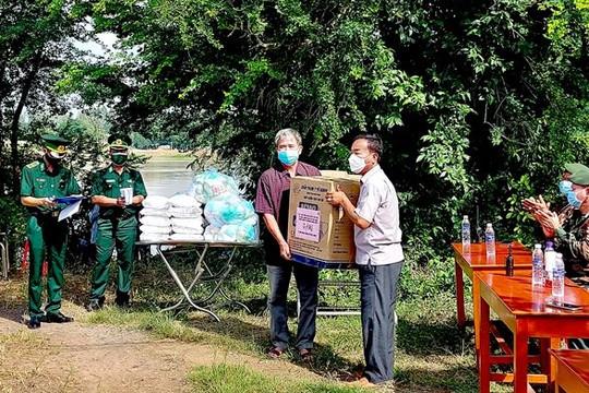Biên phòng An Giang tặng quà giúp đỡ Việt kiều tại Campuchia